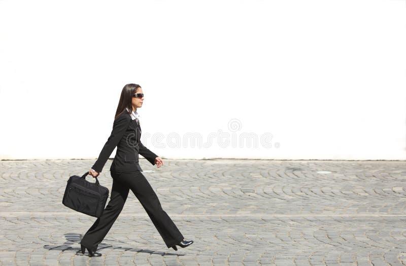 affärskvinnabrådska royaltyfri foto
