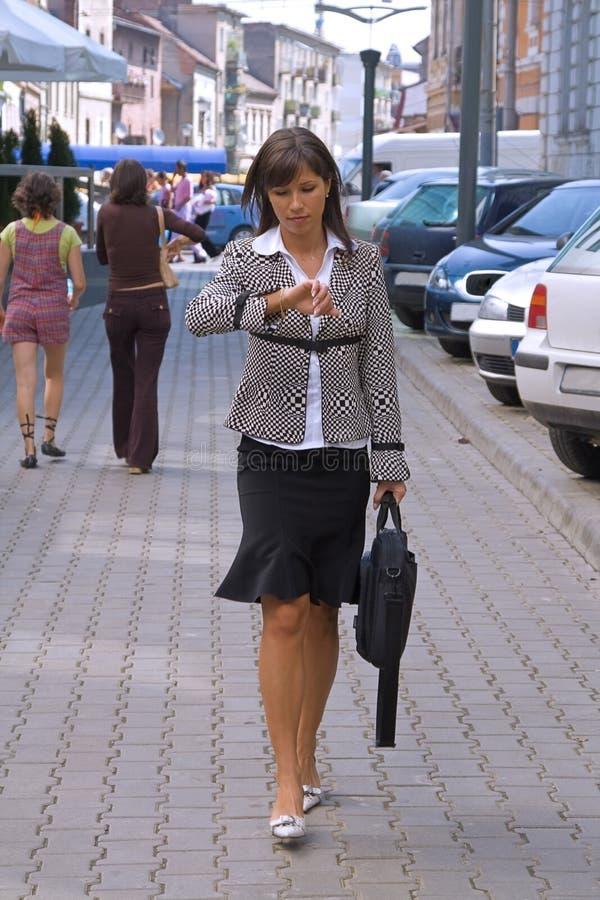 affärskvinnabrådska arkivbild