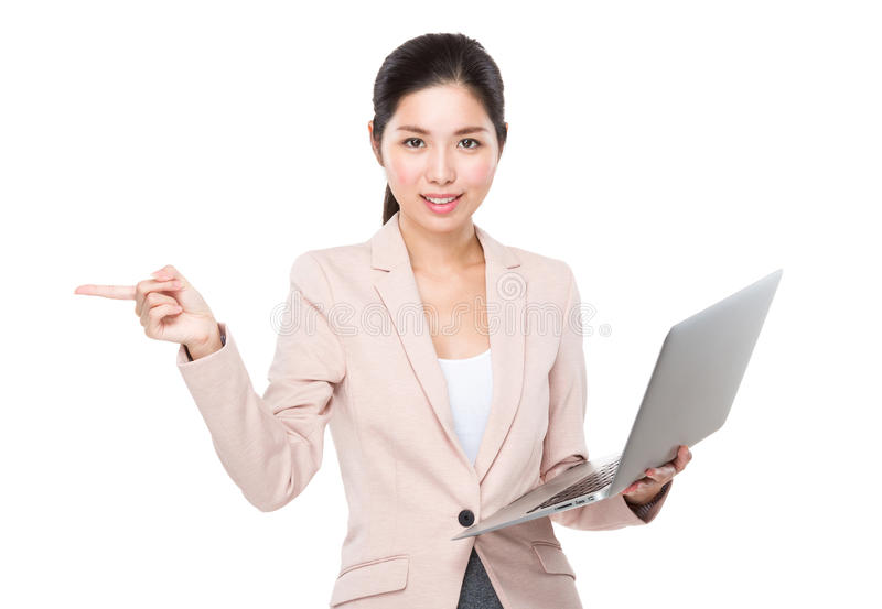 Affärskvinnabruk av bärbara datorn och fingret pekar åt sidan arkivfoton