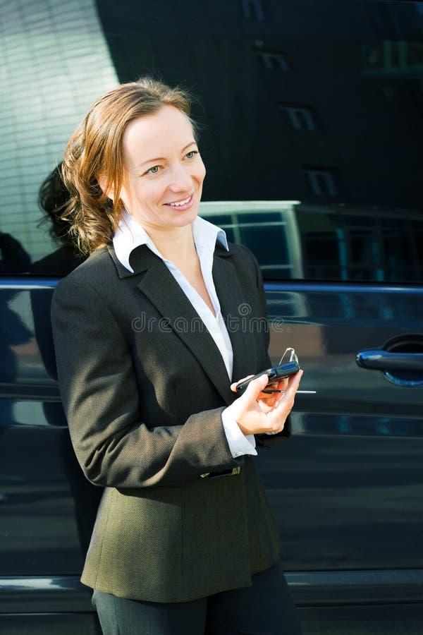 affärskvinnacelltelefon royaltyfri foto