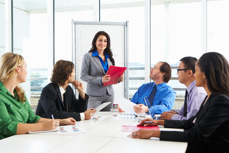 AffärskvinnaConducting Meeting In styrelse arkivfoton