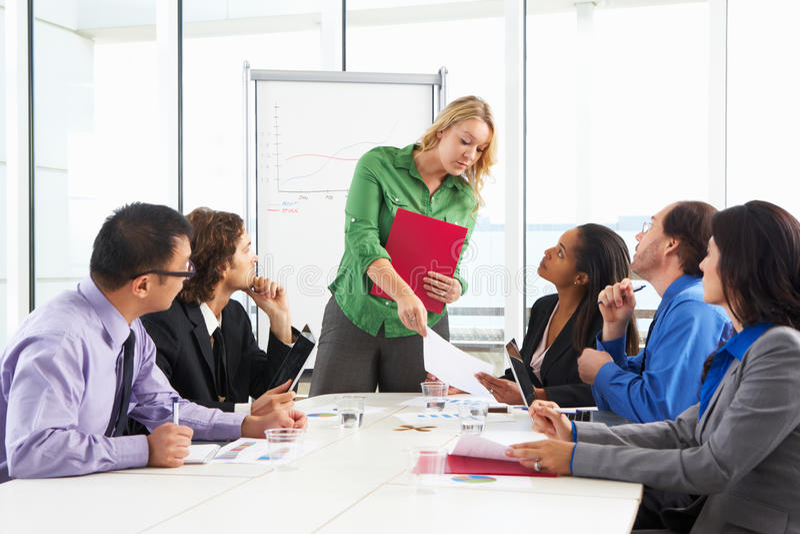 AffärskvinnaConducting Meeting In styrelse royaltyfria foton