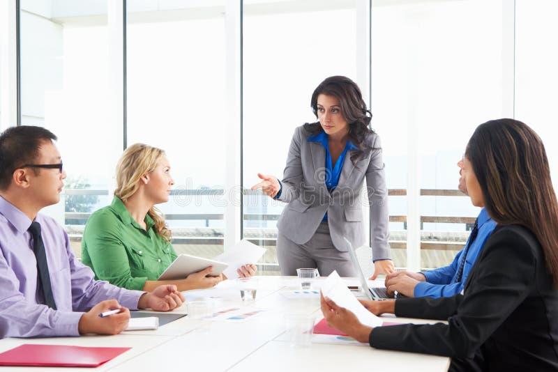 AffärskvinnaConducting Meeting In styrelse arkivbilder