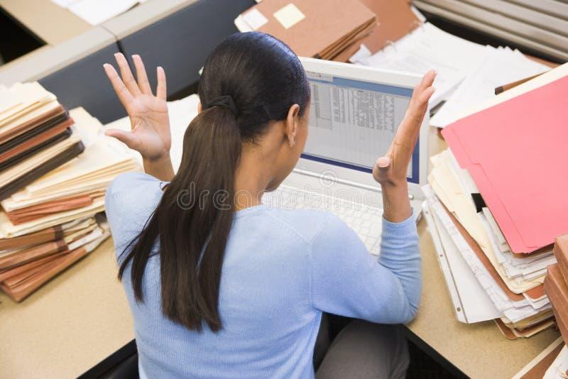 affärskvinnacubiclebärbar dator arkivfoto