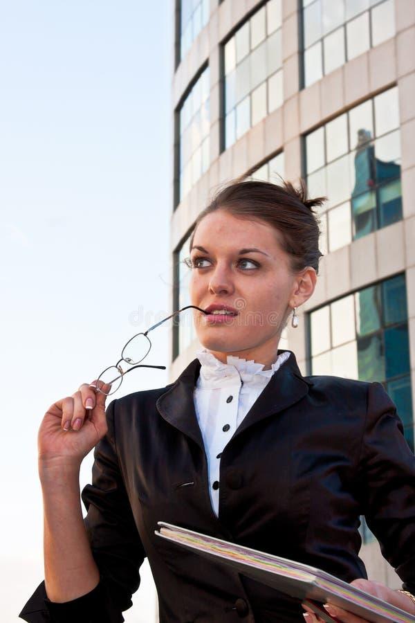 affärskvinnadagboken hands henne som är ung royaltyfri bild