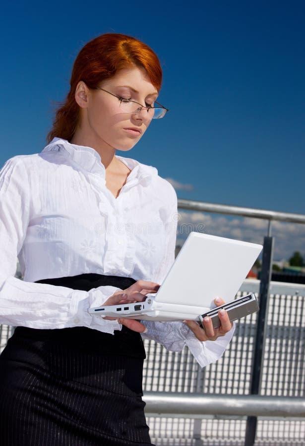 affärskvinnadatorbärbar dator royaltyfri bild