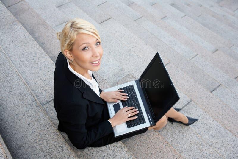 affärskvinnadatorbärbar dator arkivfoto