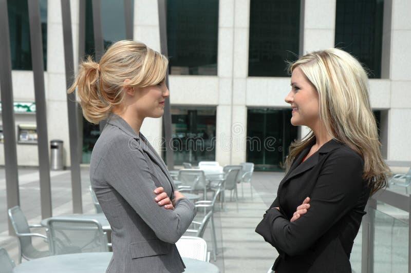 affärskvinnadeltagare arkivbild