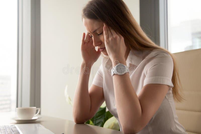Affärskvinnaförsök att klara av med nervös spänning arkivfoto