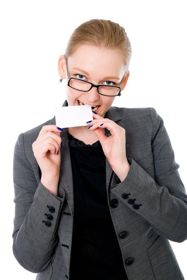Affärskvinnaförsök på en tandkreditkort royaltyfri foto