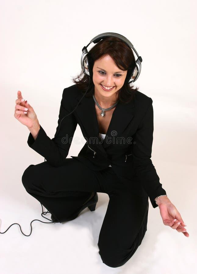 affärskvinnafavorit henne lyssnande musik till royaltyfria bilder