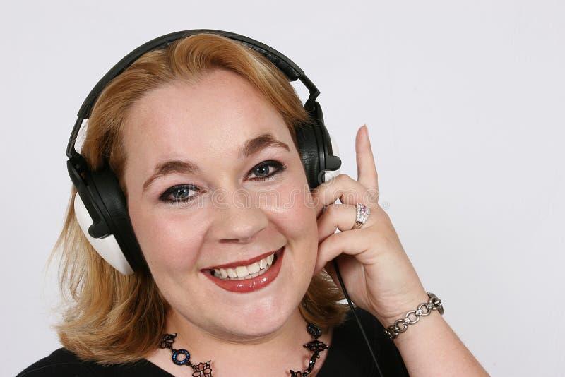 affärskvinnafavorit henne lyssnande musik till royaltyfri fotografi