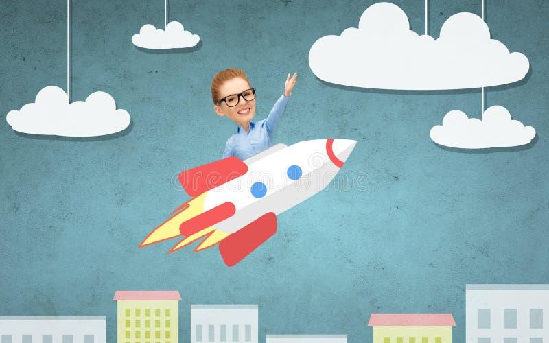 Affärskvinnaflyg på raket ovanför tecknad filmstad royaltyfri illustrationer
