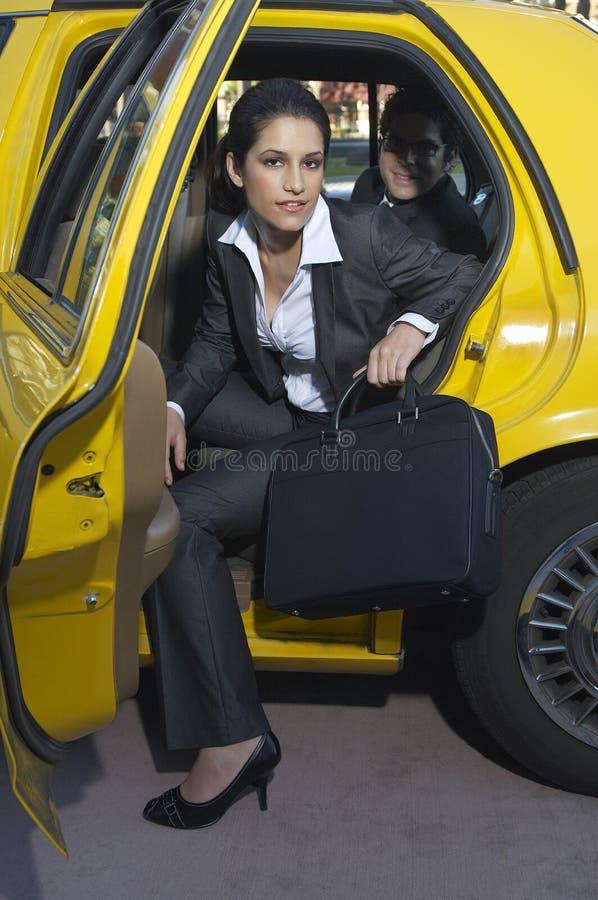 AffärskvinnaGetting Out Of taxi royaltyfri fotografi