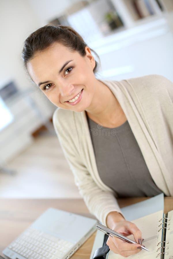 Affärskvinnahandstil i dagordning royaltyfria bilder