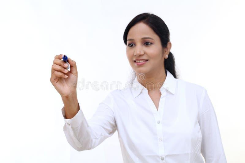 Affärskvinnahandstil med pennan på den faktiska skärmen royaltyfri fotografi