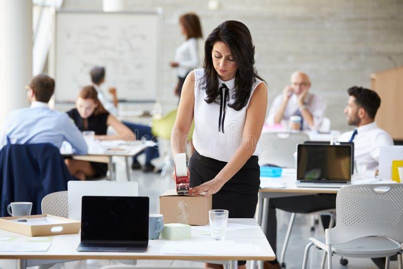 AffärskvinnaIn Office Preparing packe för sändning arkivbild