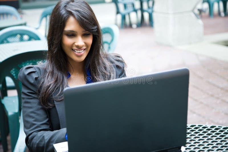 affärskvinnaindierbärbar dator royaltyfri foto