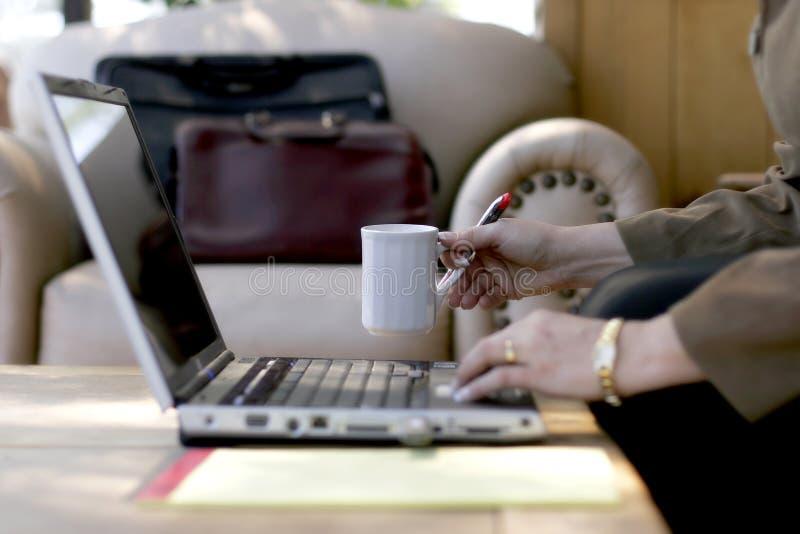 affärskvinnakaffearbete royaltyfria foton