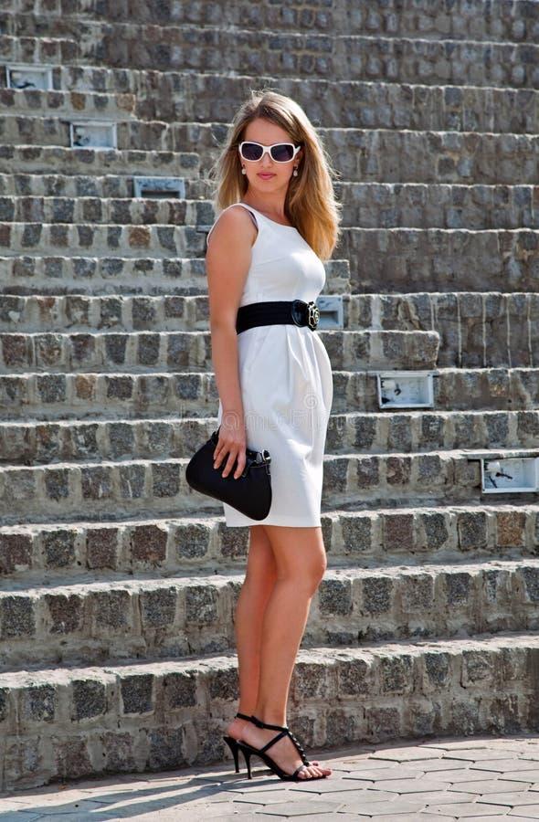 affärskvinnaklänningwhite royaltyfri bild