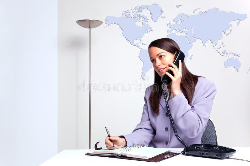 affärskvinnakontorstelefon arkivfoton