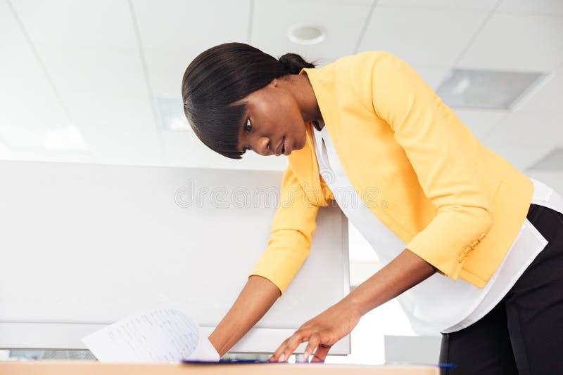 Affärskvinnaläsningdokument i regeringsställning arkivbilder