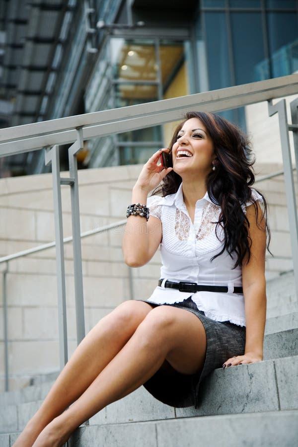 affärskvinnalatinamerikantelefon arkivfoto