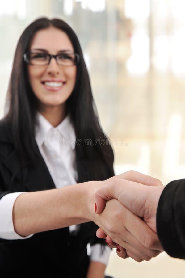 Affärskvinnale och handshaking arkivfoton