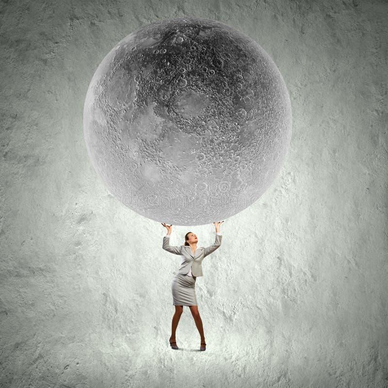 Affärskvinnalyftande måne royaltyfria foton