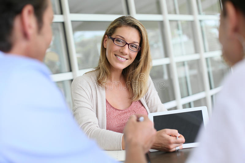 Affärskvinnamöte med klienter royaltyfri bild