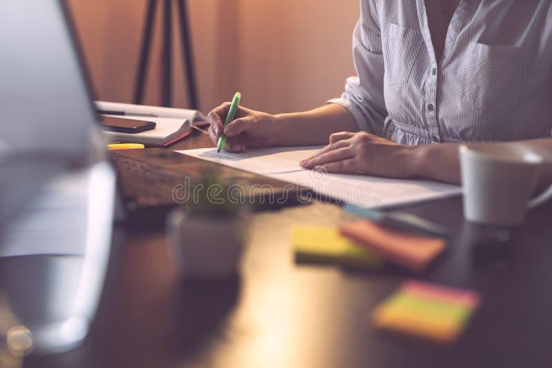 Affärskvinnamarkeringssegment av ett avtal med en highlighter royaltyfri foto