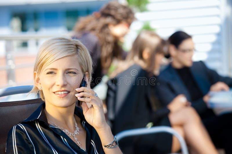 affärskvinnamobilsamtal royaltyfri bild
