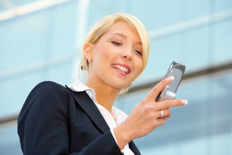 affärskvinnamobiltelefon fotografering för bildbyråer