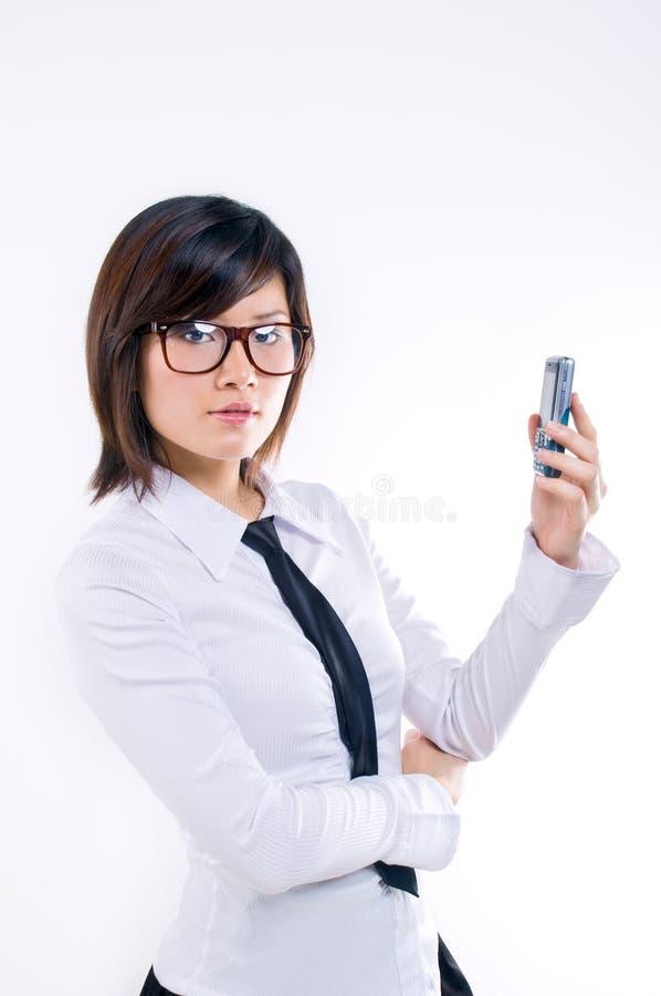 affärskvinnamobiltelefonholding royaltyfri fotografi