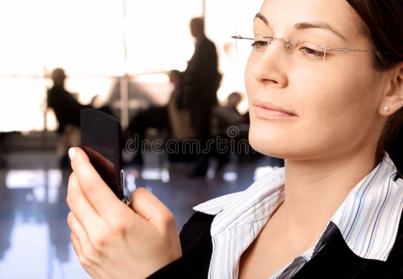 affärskvinnamobiltelefonvisartavlor arkivfoton