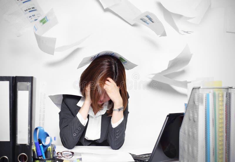 Affärskvinnan Asian som är allvarlig och som är upptagen med problem hennes arbete arkivbild
