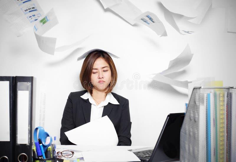 Affärskvinnan Asian som är allvarlig och som är upptagen med problem hennes arbete arkivfoton