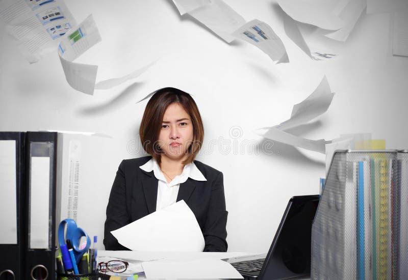 Affärskvinnan Asian som är allvarlig och som är upptagen med problem hennes arbete arkivbilder
