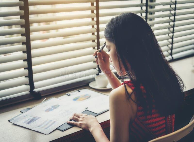 Affärskvinnan belastas och oroas om affärsproblem arkivfoto