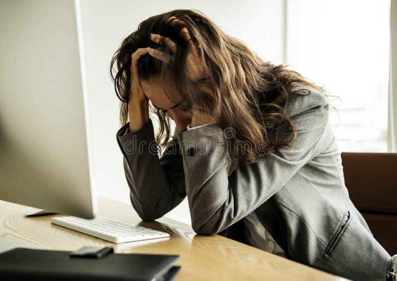 Affärskvinnan får avfyrat arbetslöst känsligt stressat fotografering för bildbyråer