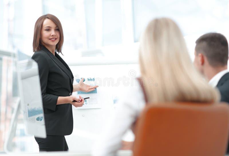 Affärskvinnan för ett seminarium med affärslaget arkivbild