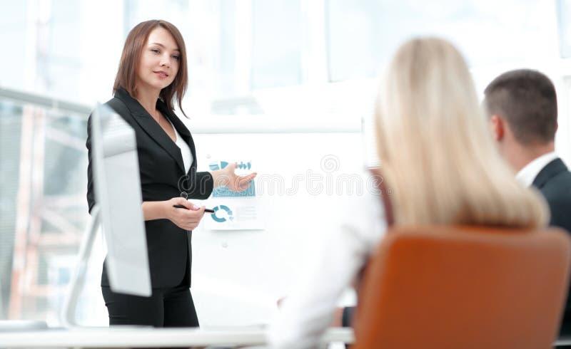 Affärskvinnan för ett seminarium med affärslaget arkivbilder