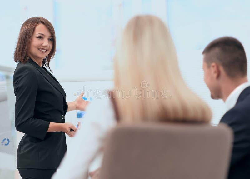 Affärskvinnan för ett seminarium med affärslaget royaltyfri foto