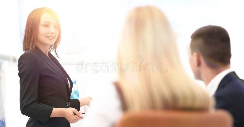 Affärskvinnan för ett seminarium med affärslaget royaltyfri fotografi