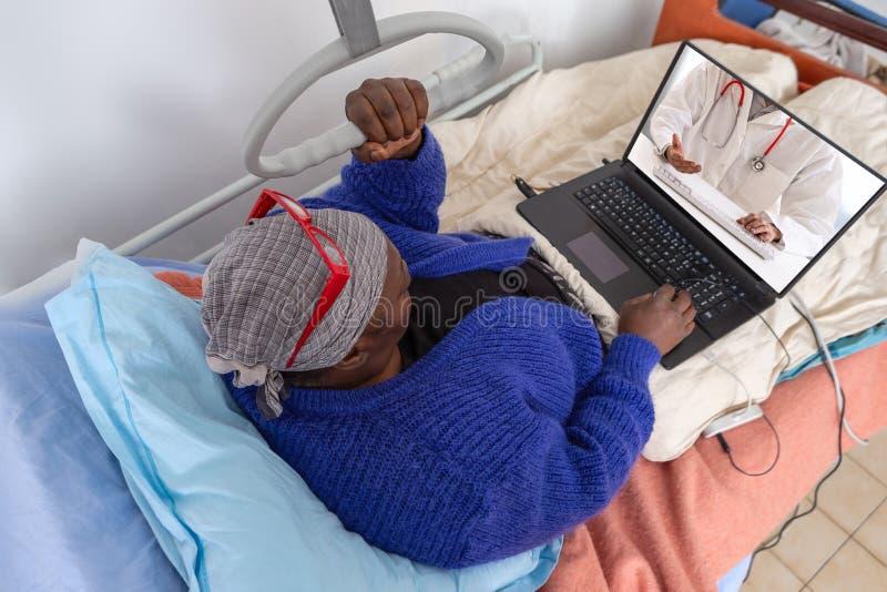 Affärskvinnan fortsätter homeworking på den tiden av den hem- inläggningen på sjukhus Stag i säng ha internetkonsultation med arkivbilder