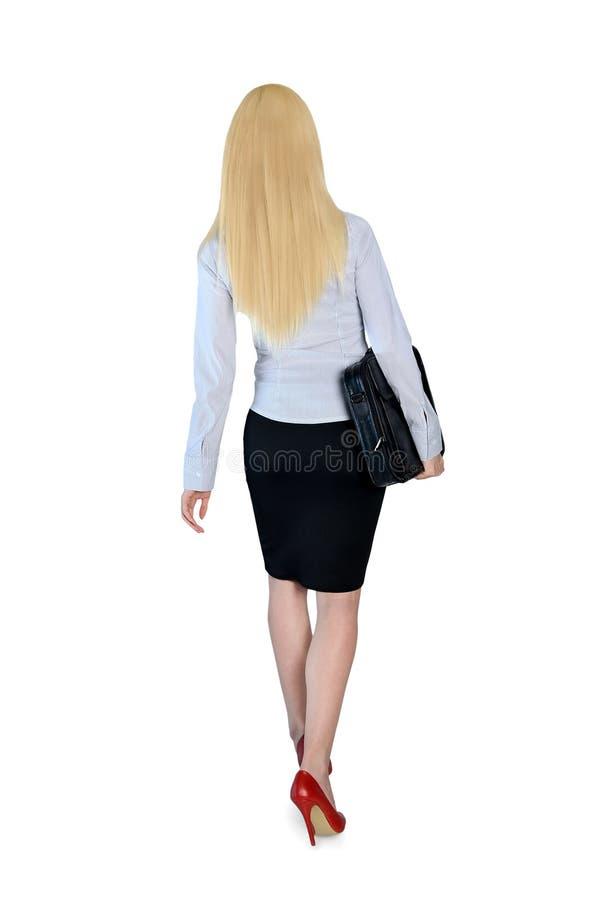 Affärskvinnan går royaltyfri bild