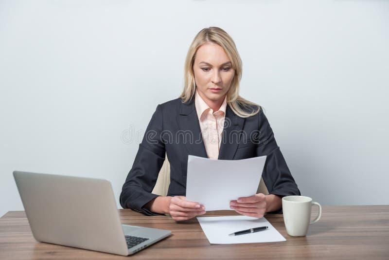 Affärskvinnan granskar lagliga dokument royaltyfri bild