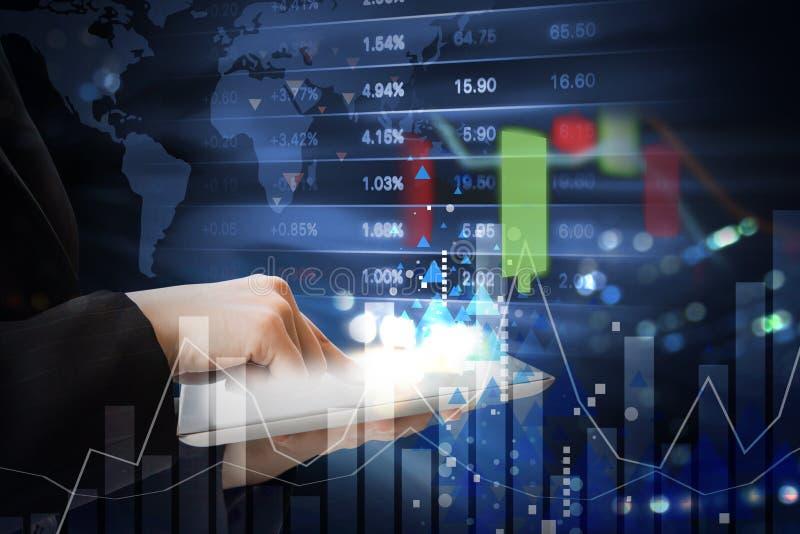 Affärskvinnan handlar aktiemarknaden med grafen royaltyfri bild