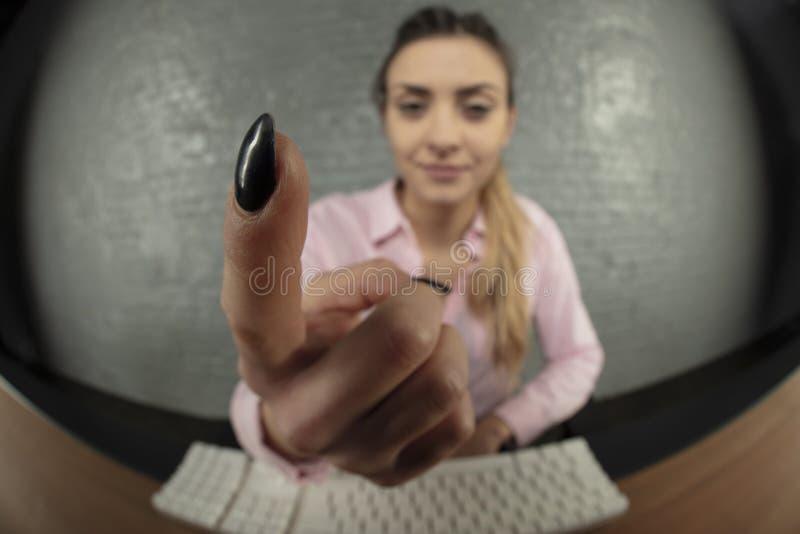 Affärskvinnan hotar med fingret, suddig bakgrund royaltyfri fotografi