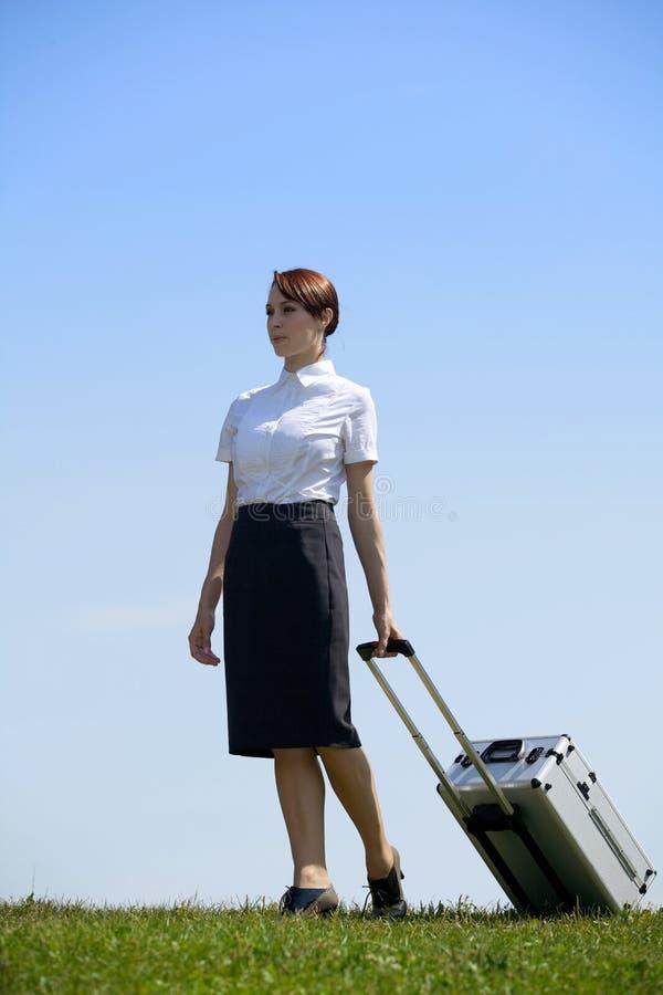 Affärskvinnan i hållande bagage för begrundande parkerar in arkivfoton